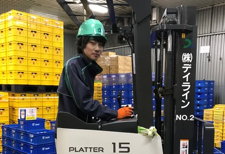 乳業メーカー工場の冷蔵倉庫内でフォークリフト等を使って商品管理をするお仕事です。